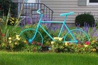 Atrapa roweru w ogrodzie